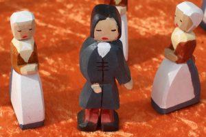 Herrnhuter Bruder und Schwester - Holzfiguren in traditioneller Tracht